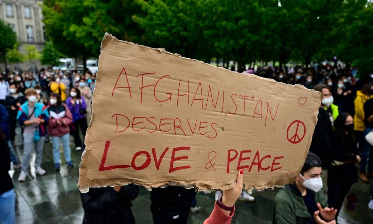 """Manifestante segura um cartaz com os dizeres """"O Afeganistão merece amor e paz"""" durante ato perto da Chancelaria, em Berlim Foto: JOHN MACDOUGALL / AFP"""