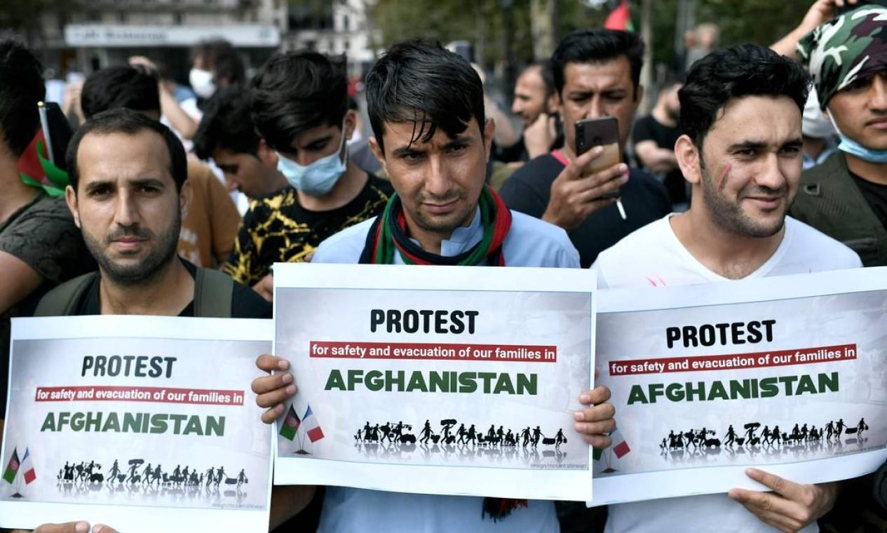 Manifestantes seguram cartazes durante uma manifestação em apoio ao Afeganistão após a tomada do país pelo Talibã, na Place de la Republique em Paris Foto: STEPHANE DE SAKUTIN / AFP
