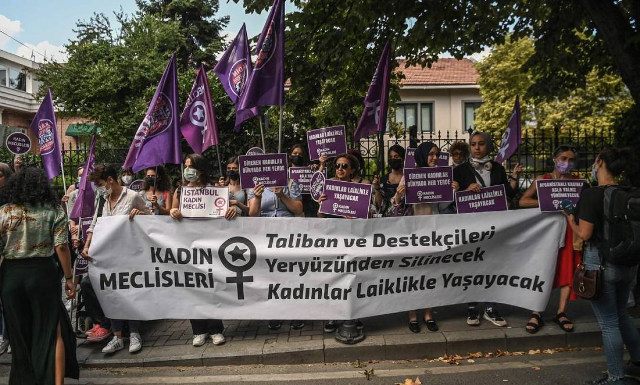 """""""O Talibã e seus apoiadores serão varridos da face da terra e as mulheres viverão no secularismo"""" diz faixa exibida durante protesto na Turquia em solidariedade às mulheres afegãs Foto: OZAN KOSE / AFP"""