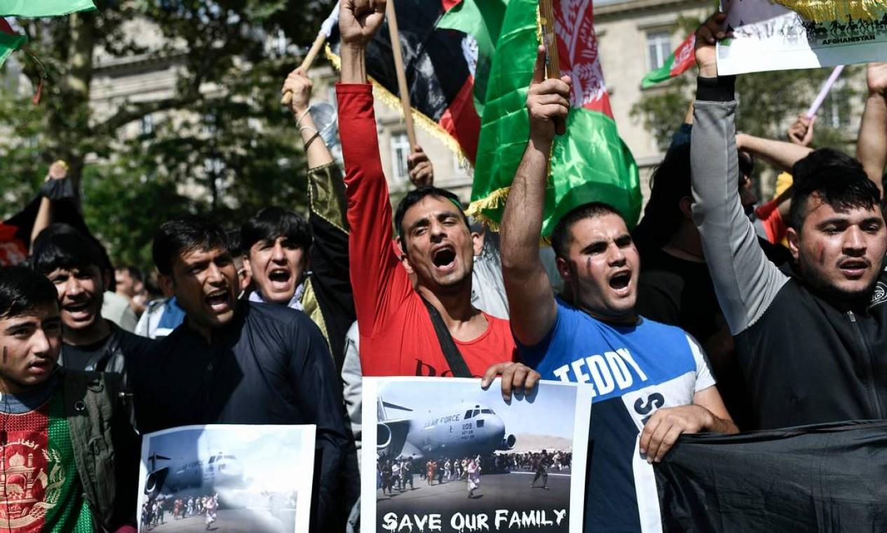 Protesto de apoio ao Afeganistão após a tomada do país pelo Talibã, na Praça da República, em Paris Foto: STEPHANE DE SAKUTIN / AFP