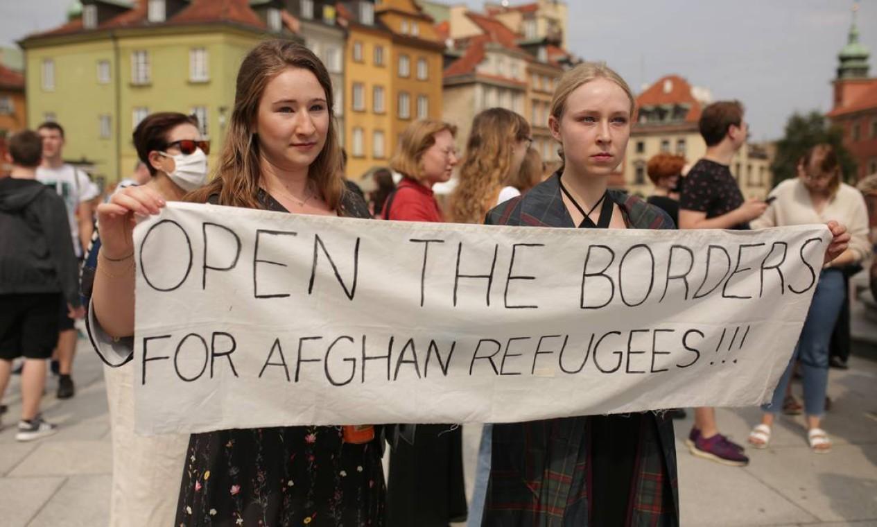 Pessoas participam de manifestação de solidariedade ao povo afegão, em Varsóvia, Polônia Foto: ADAM STEPIEN / Agencja Gazeta via REUTERS