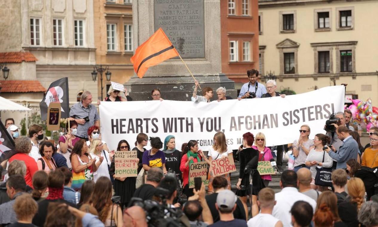 Pessoas participam de manifestação de solidariedade ao povo do Afeganistão, em Varsóvia, Polônia Foto: ADAM STEPIEN / Agencja Gazeta via REUTERS