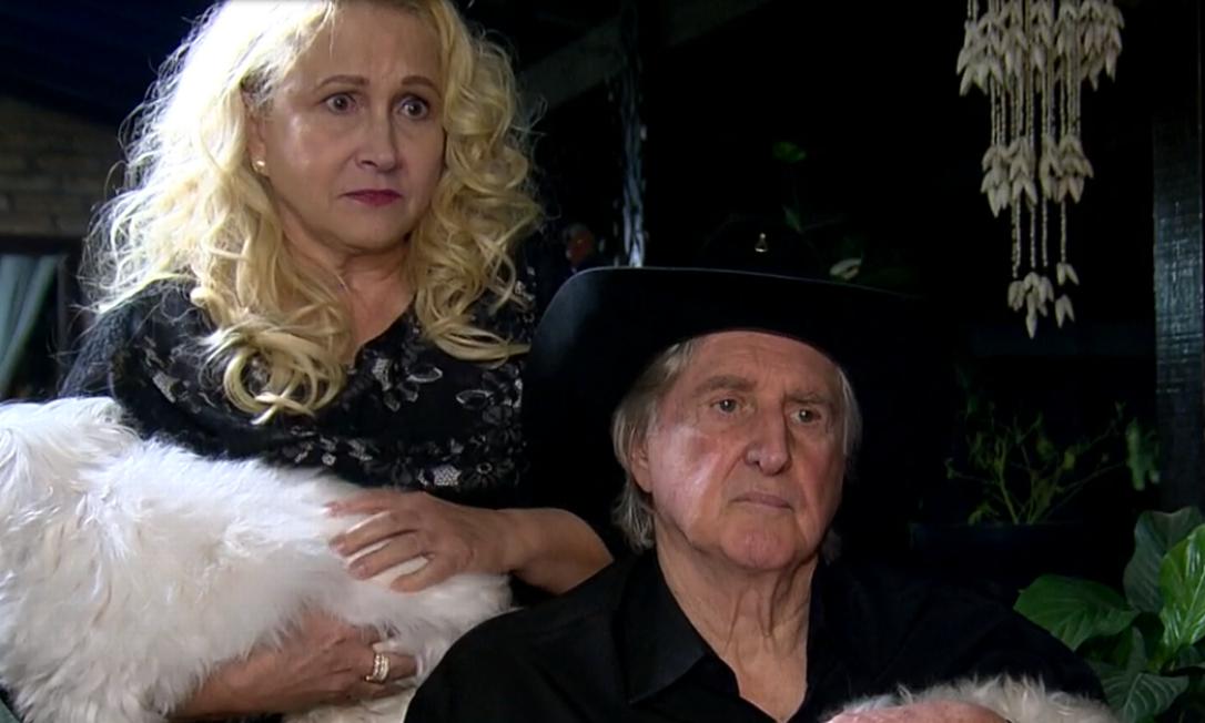 Sérgio Reis e a mulher, Ângela Bavini, na casa do cantor, em entrevista a Roberto Cabrini Foto: Reprodução