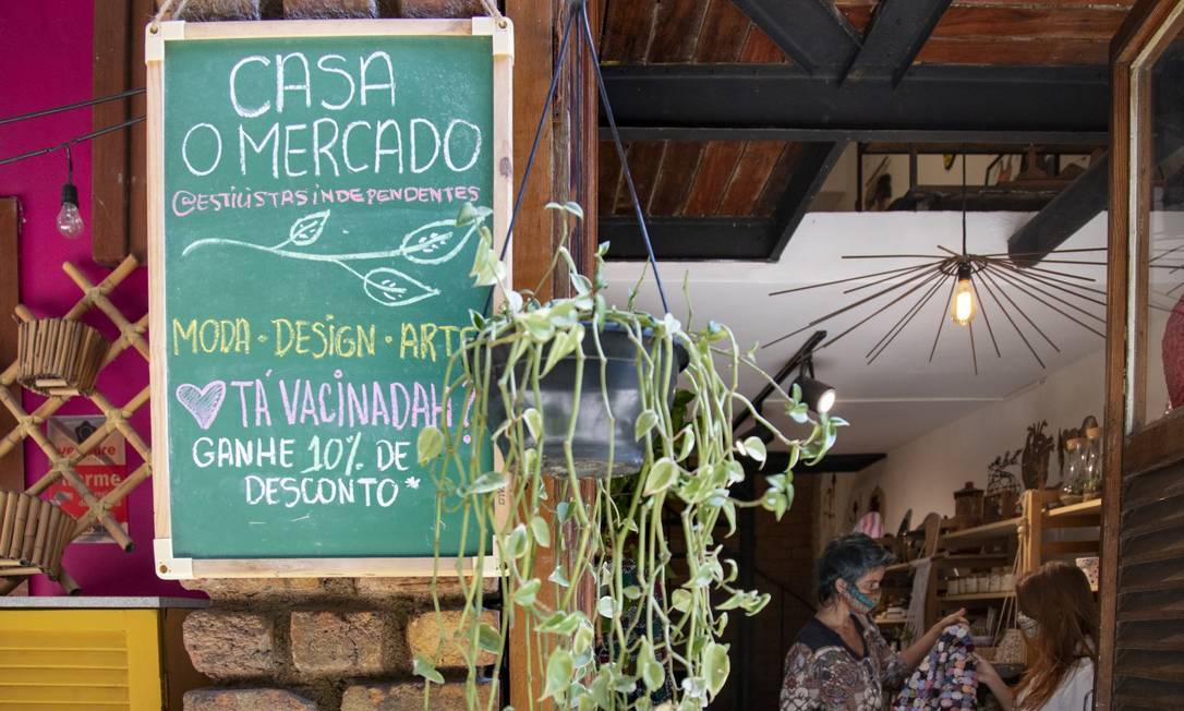 O Mercado, no Largo do Machado, oferece desconto para os clientes que comprovarem a vacinação contra a Covid-19 Foto: Ana Branco / Agência O Globo