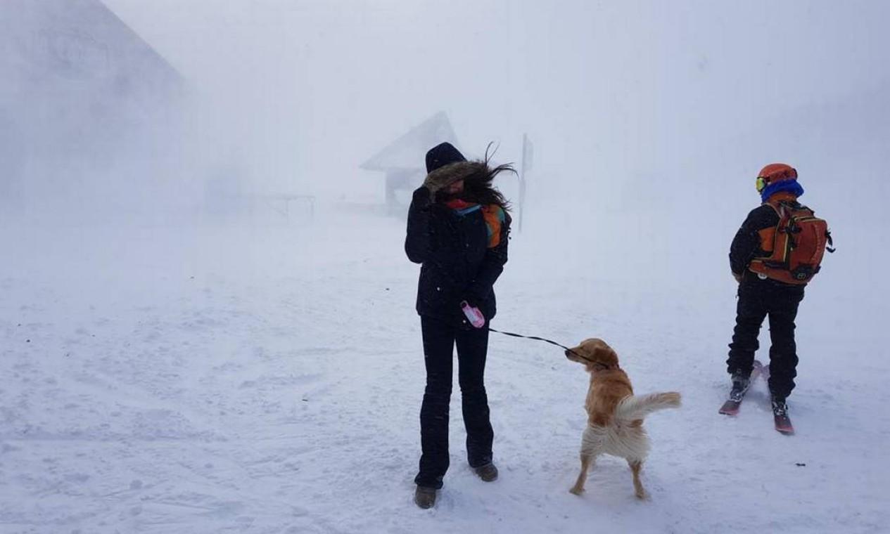 Lilo com os donos na estação de esqui em Andorra Foto: Reprodução Instagram
