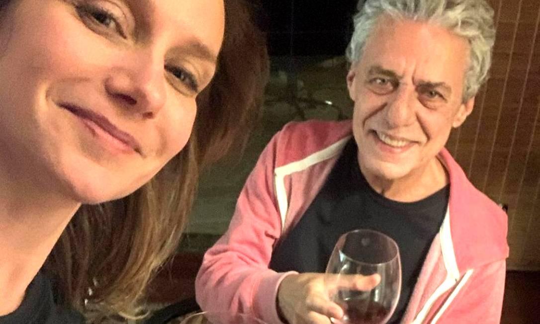 Carol Proner e Chico Buarque brindam aos 76 anos do compositor Foto: Reprodução