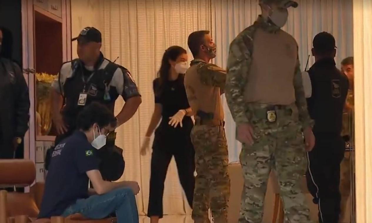 Agentes que estão na operação dentro da casa de Glaidson, em condomínio na Barra da tijuca, na Zona Oeste do Rio, dizem que nunca viram tanto dinheiro numa operação, nem mesmo na Lava-Jato Foto: Agência O Globo