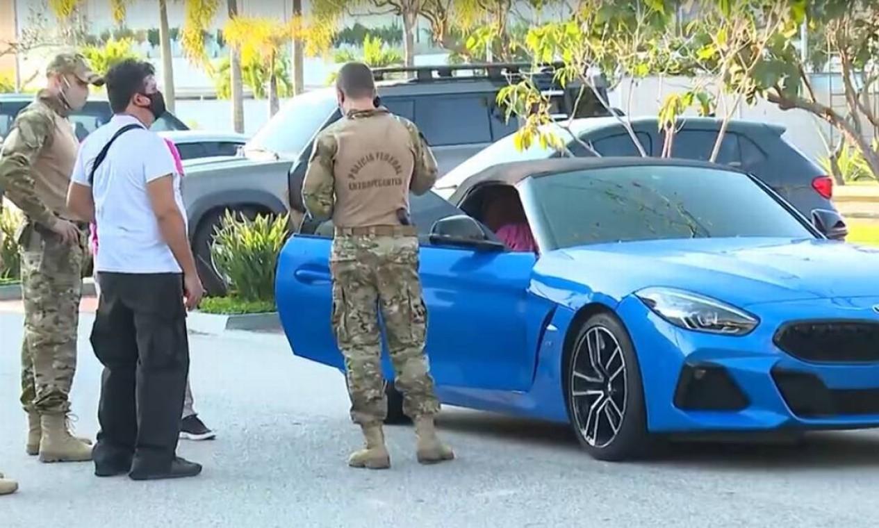 Carros esportivo encontrado na garagem do imóvel na Barra da Tijuca onde Glaidson foi preso Foto: Agência O Globo