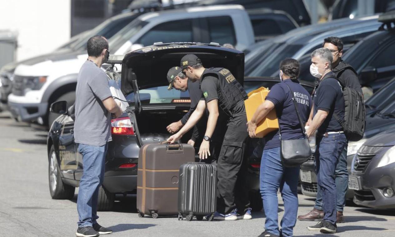 Agentes da PF chegam à sede da polícia com malas de dinheiro em espécie: o montante chegaria a cerca de 20 milhões, entre reais, euros e dólares Foto: Marcia Foletto / Agência O Globo