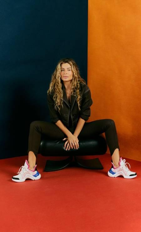Jaqueta e calça Printing, tênis Louis Vuitton, banqueta Alta assinada por Oscar Niemeyer Foto: Marcus Sabah / Marcus Sabah