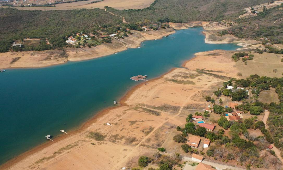 Com o baixo nível da represa pequenas ilhas de terra começaram a surgir no meio da represa Foto: Joel Silva / Agência O Globo