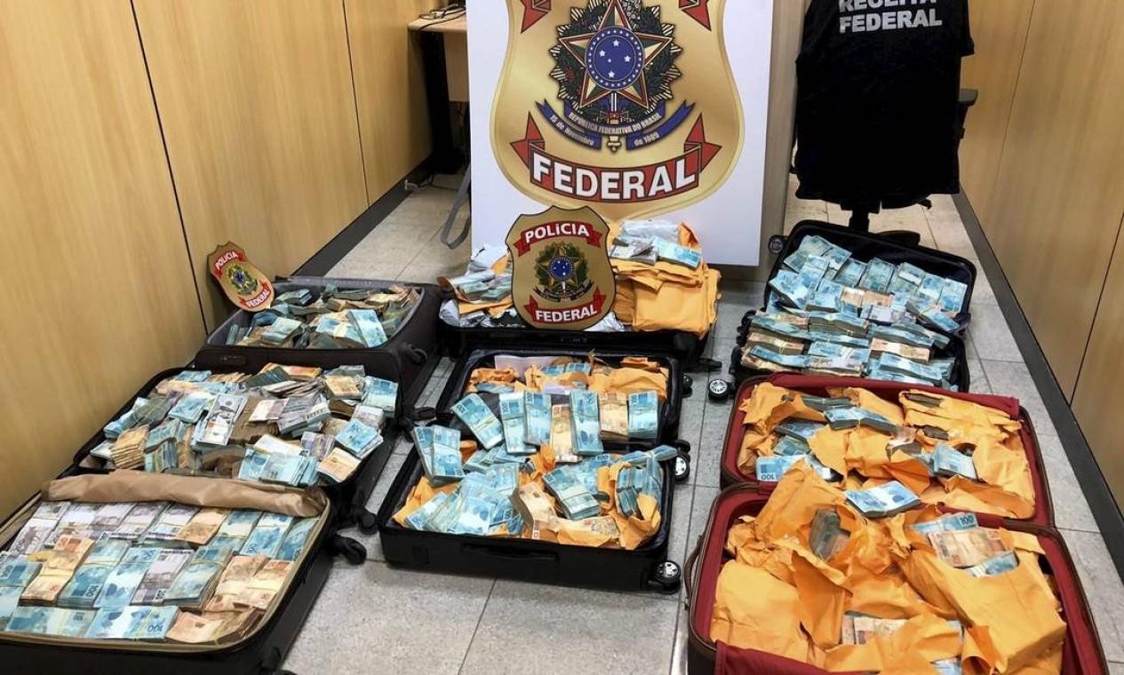 Cerca de R$ 20 milhões, entre reaiss e moedas estrangeiras, foram apreendidos na casa de Glaidson Foto: Polícia Federal / Agência O Globo