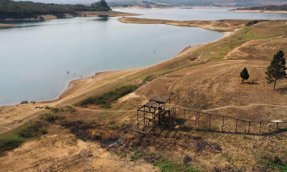 Lago da hidrelétrica de Furnas, em Minas Gerais, que opera com menos de 17% da capacidade Foto: Joel Silva / Agência O Globo
