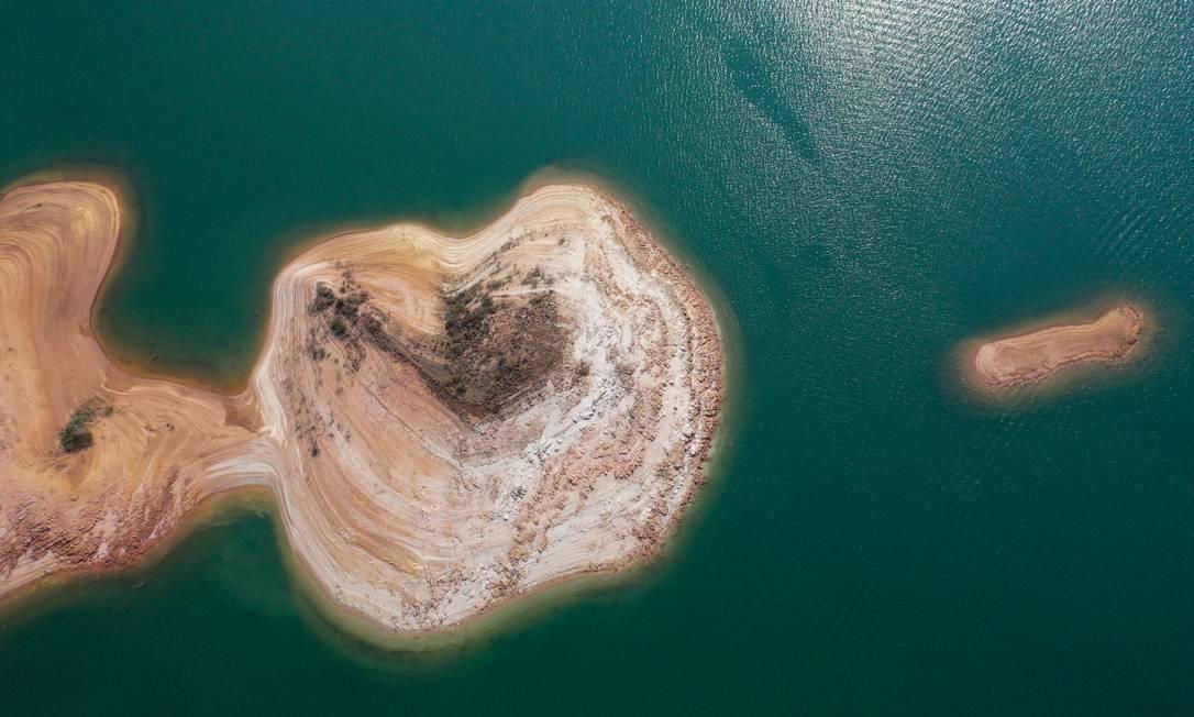 Seca no lago expõe pequenas enseadas e ilhotas Foto: Joel Silva / Agência O Globo