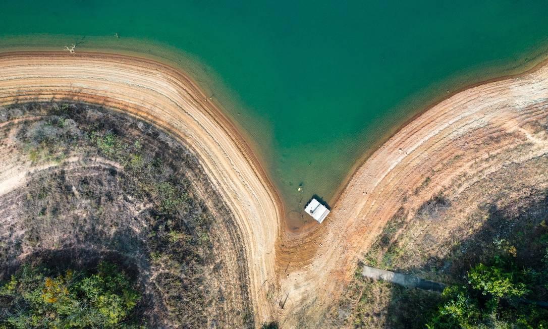 Baixo nível de represas preocupa especialistas Foto: Joel Silva / Agência O Globo