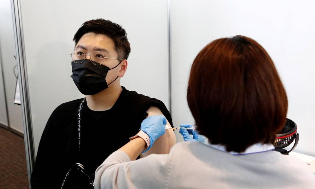Homem é imunizado com a vacina Moderna contra a Covid-19 em Tóquio, Japão Foto: Rodrigo Reyes Marin / ZUMA / REUTERS