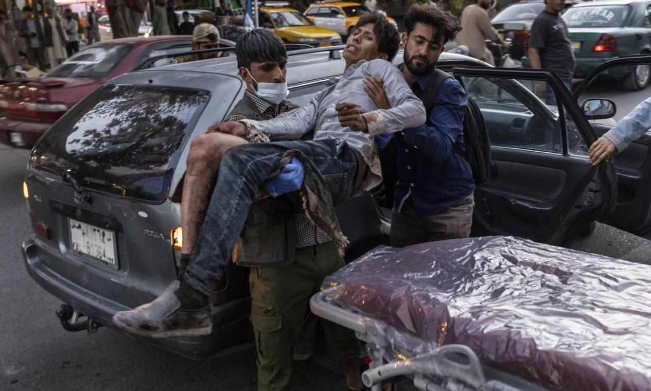 Pessoa ferida durante explosão no aeroporto de Cabul é levada para hospital Foto: VICTOR J. BLUE / NYT