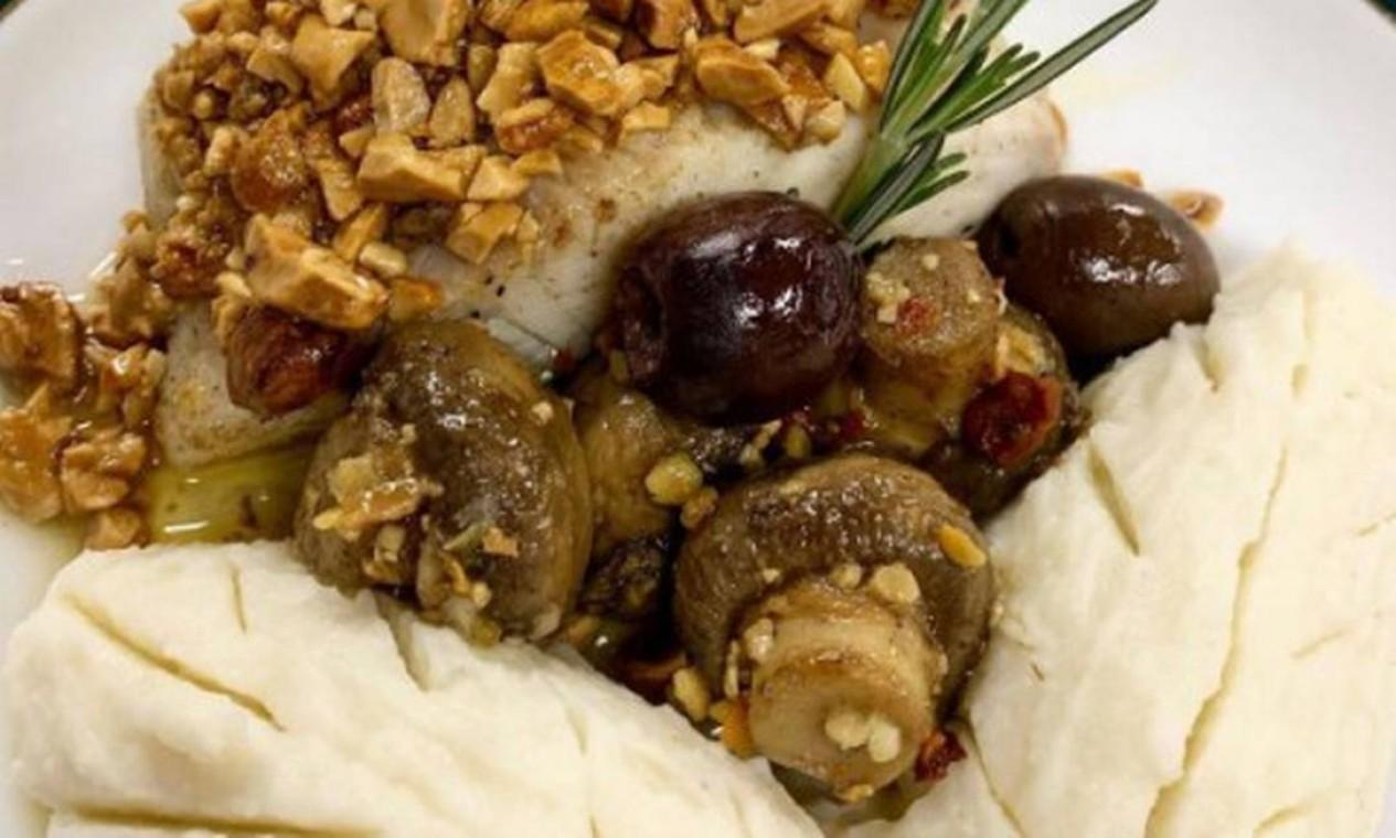File de badejo com molho de manteiga, castanha de caju, cogumelos sauté e purê de cará Foto: Flavia Cristofaro