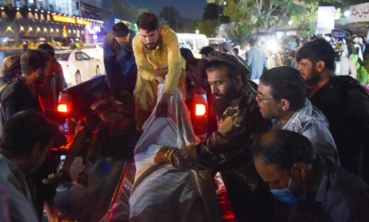 Equipe médica descarrega corpos de vítimas do atentado Foto: WAKIL KOHSAR / AFP