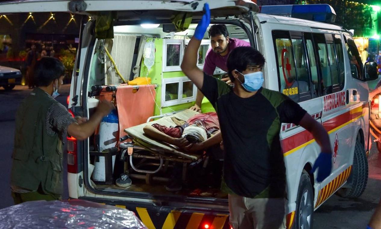 Equipe médica leva um homem ferido para um hospital da explosão que matou mais de 10 pessoas em Cabul Foto: WAKIL KOHSAR / AFP