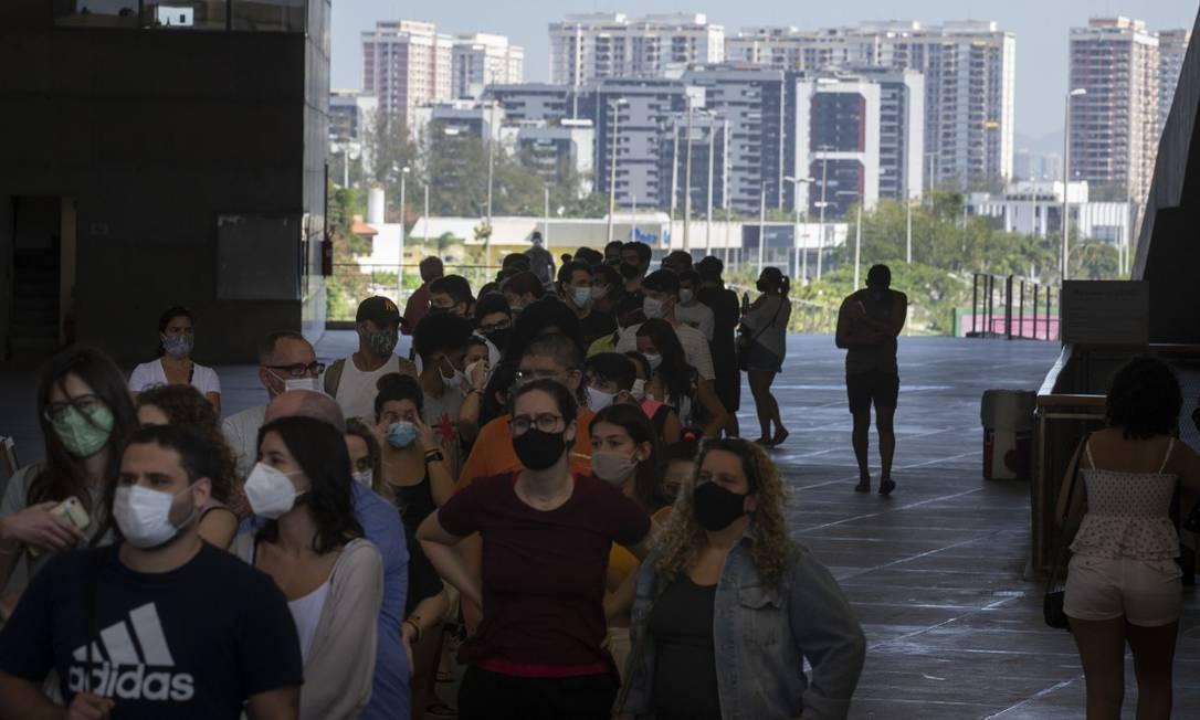 Fila para vacinação contra a Covid-19 na Cidade das Artes, na Barra Foto: Márcia Foletto em 19-08-2021 / Agência O Globo