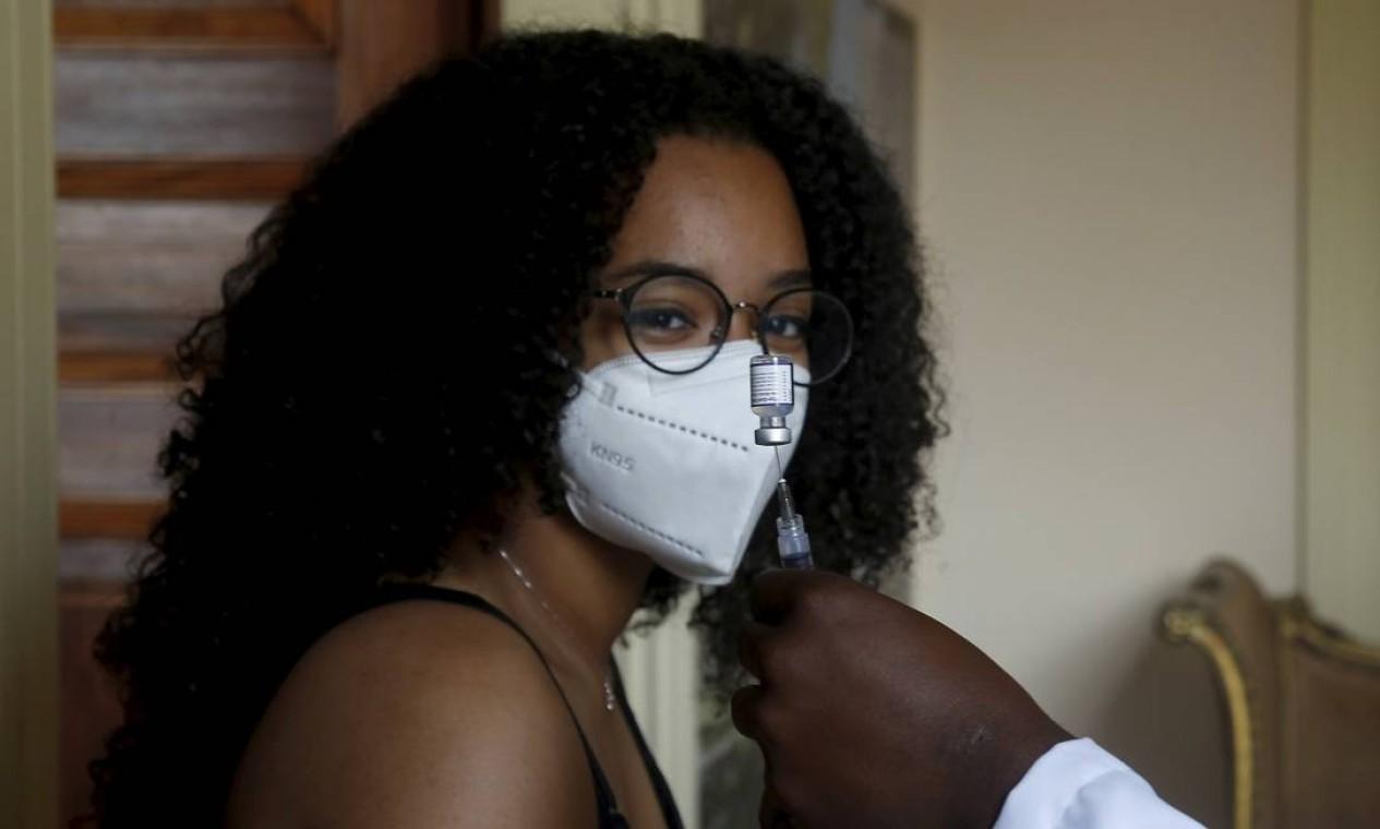 A vez dos novinhos: jovens de 17 anos começam a ser vacinados no Rio Foto: Fabiano Rocha / Agência O Globo - 26/08/2021