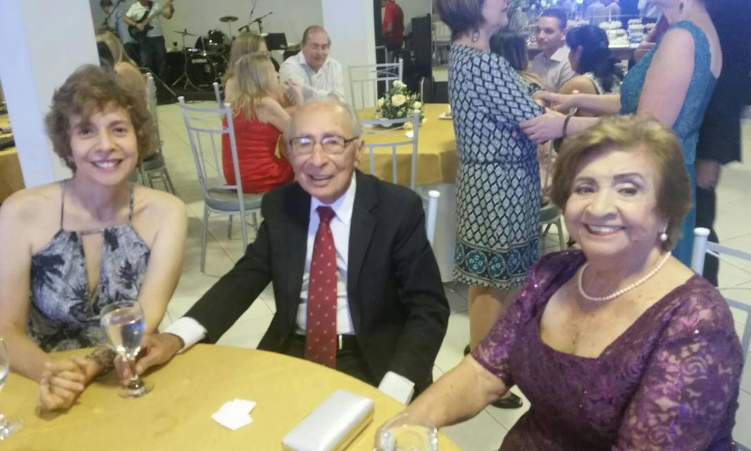 A jornalista Silvana Andrade, à esquerda, com o pai e a mãe, Maria Albani, morta por complicações da Covid-19, em 2020 Foto: Arquivo pessoal