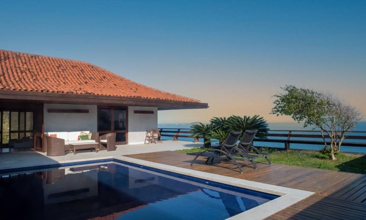 Projetada pelo arquiteto e designer francês Gilles Jacquard, criador do Hippopotamus, a mansão tem uma piscina projetada sobre o mar de São Conrado Foto: Divulgação/ Mayra Nolasco