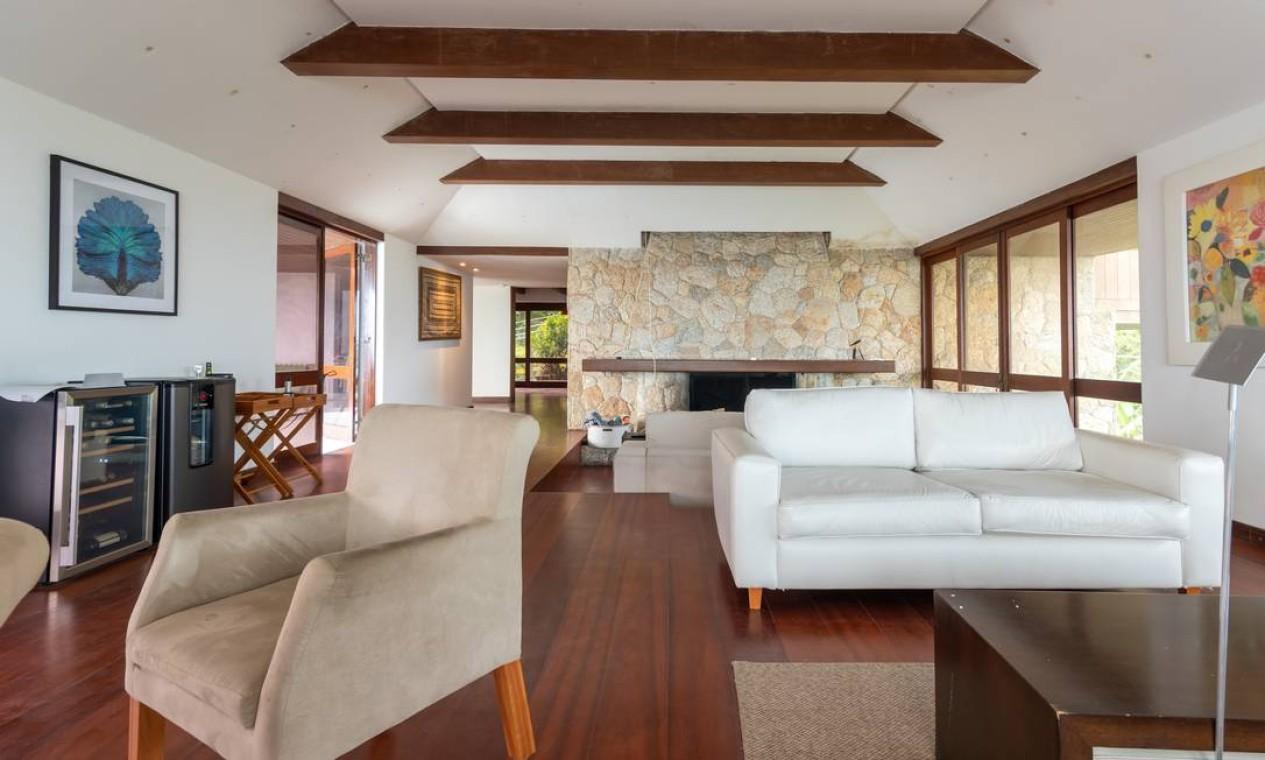 Sala de estar da mansão em São Conrado. A proposta da exposição é mostrar soluções de arquitetura e decoração sofisticadas e de preço acessível Foto: Divulgação/Mayra Nolasco