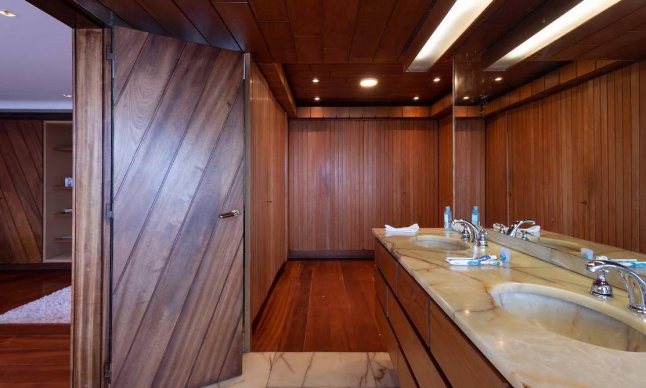 O banheiro com revestimento todo de madeira é um dos recintos da casa Foto: Divulgação/ Mayra Nolasco