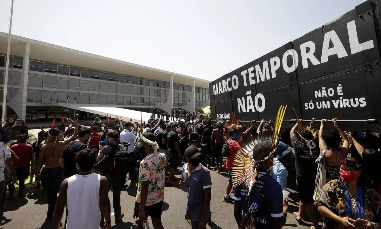 Mobilização dos povos indígenas contra a tese do marco temporal, em frente ao Planalto Foto: Cristiano Mariz / Agência O Globo - 27/08/2021