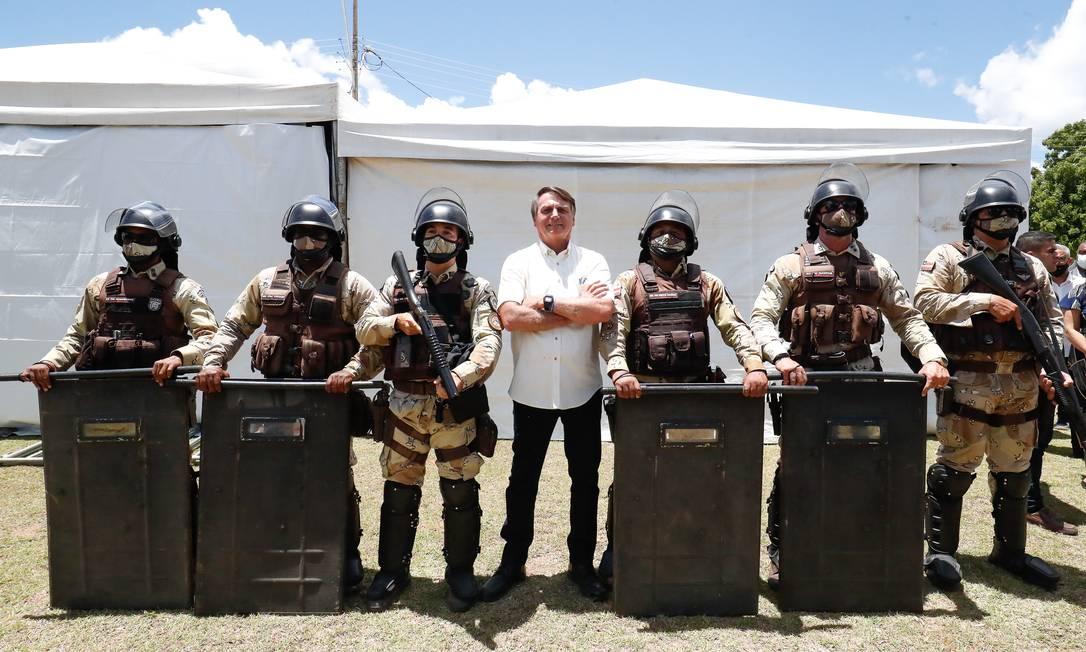Bolsonaro posa com policiais militares da Bahia, em janeiro: regras impedem manifestações político-partidárias de agentes de segurança Foto: Alan Santos / Presidência da República