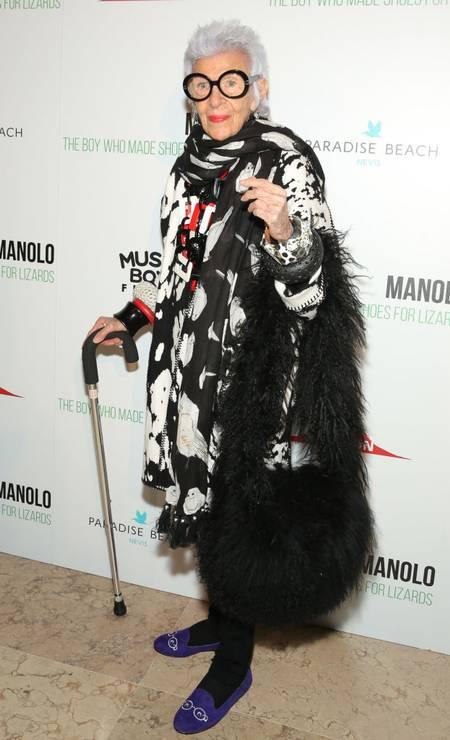 """A máxima """"basiquinha"""" não tem vez no guarda-roupa de Iris. Que tal este look usado no lançamento de um filme sobre Manolo Blahnik, em 2017, em New York Foto: JP Yim / Getty Images"""