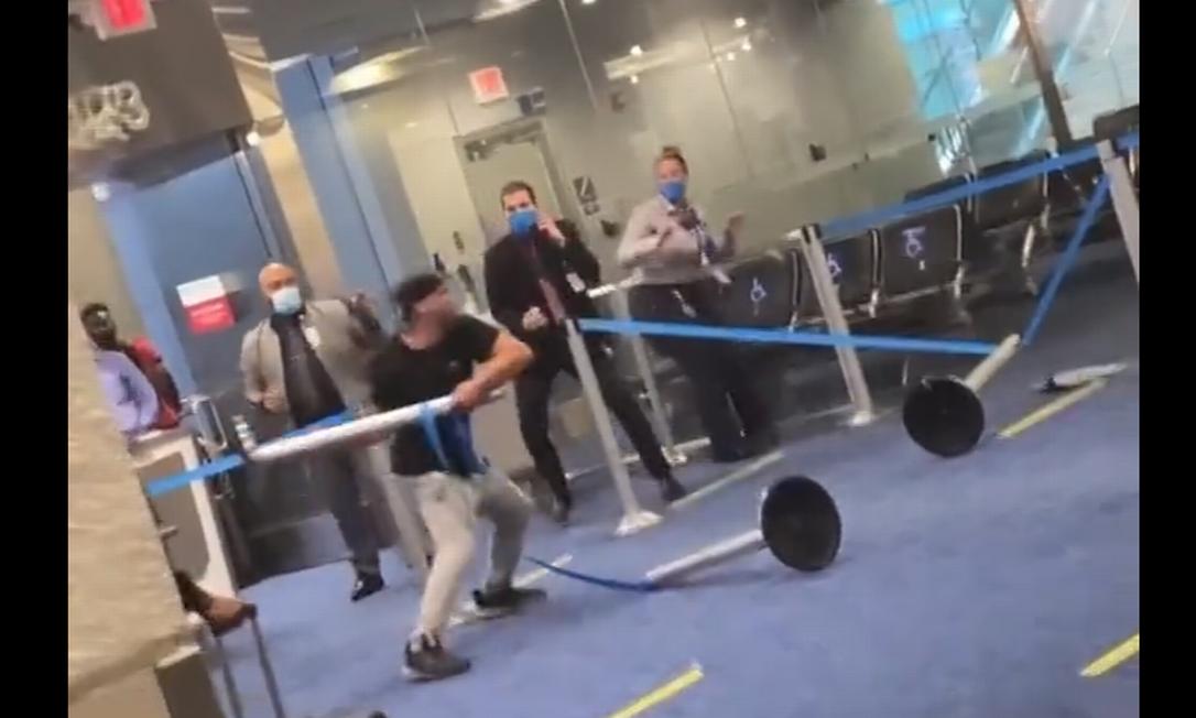 Homem ataca funcionários de aeroporto em Miami Foto: Reprodução