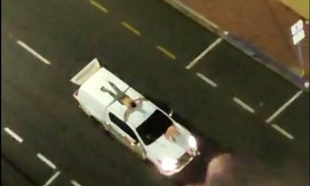 Reféns foram amarrados ao capô de um carro para servir como escudo na fuga dos bandidos, em Araçatuba Foto: Reprodução
