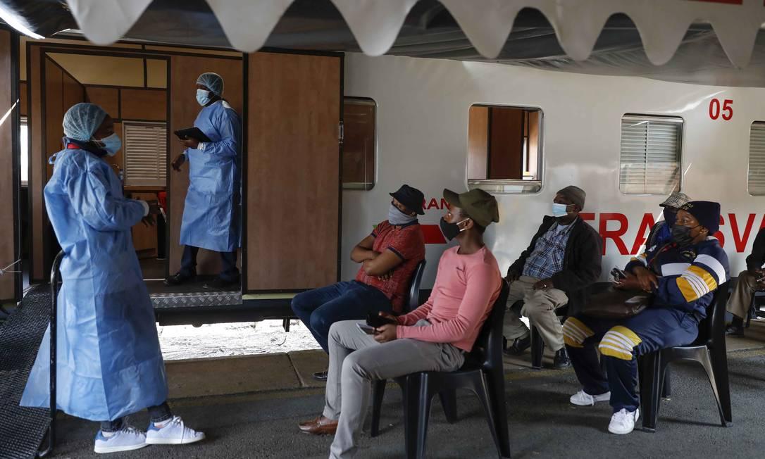 Vacinação em Joanesburgo, na África do Sul Foto: PHILL MAGAKOE / AFP