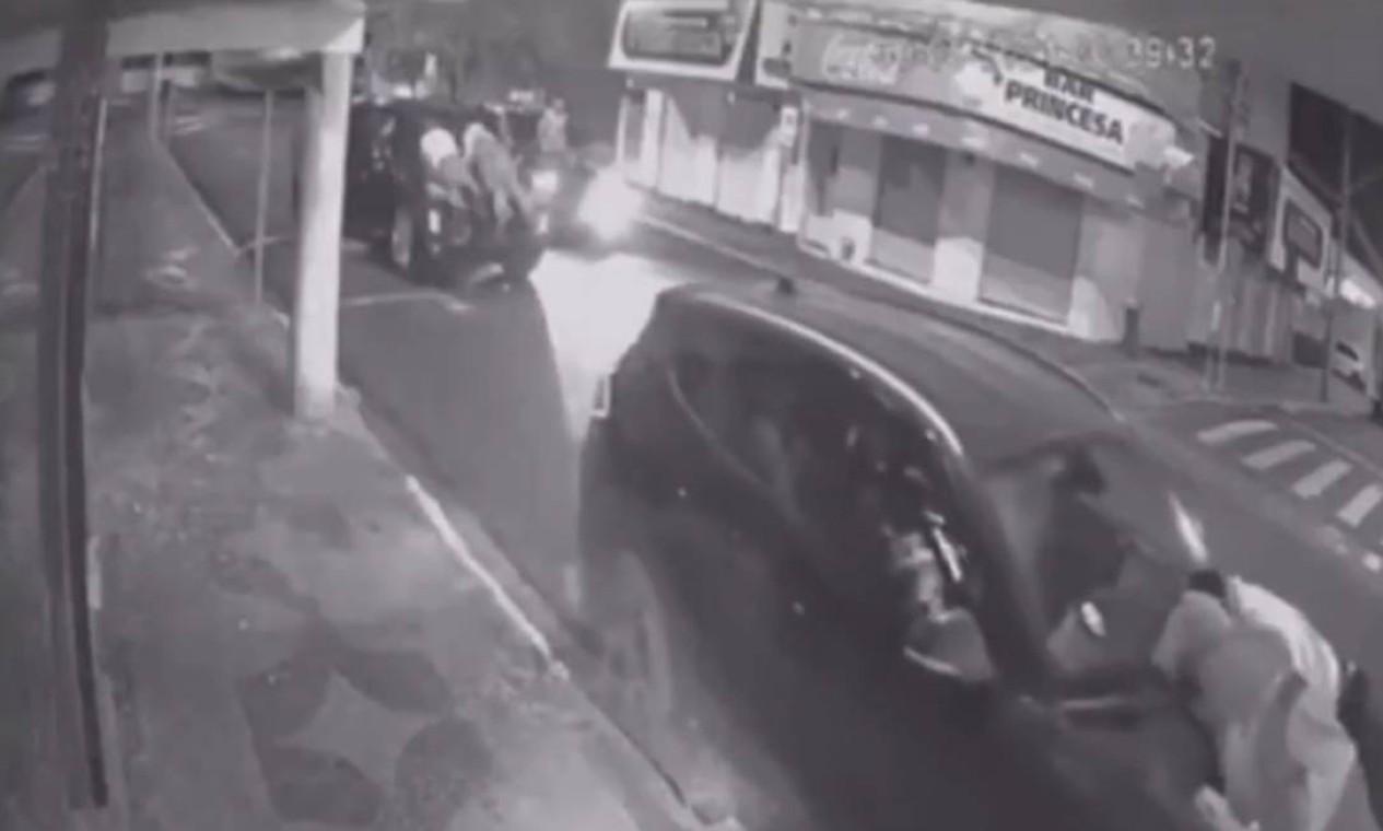Criminosos abordaram motoristas, fizeram reféns, amarraram pessoas em veículos, usaram outras como escudos e cercaram bases e viaturas da PM Foto: Reprodução