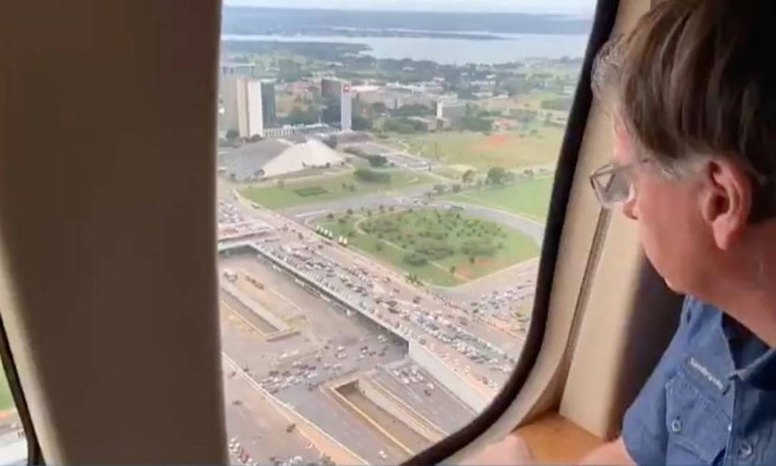 O presidente sobrevoou de helicóptero ato pró-governo em Brasília, também marcado por pedidos de intervenção militar, em maio de 2021 Foto: Agência O Globo 01/05/2021
