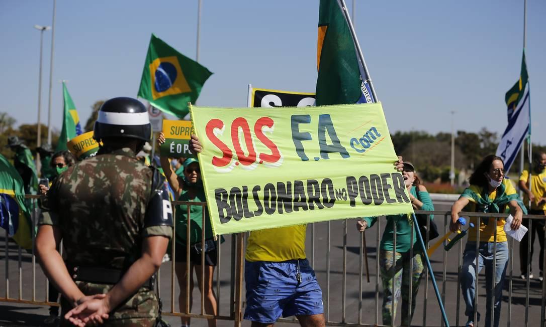 Em junho de 2020, bolsonaristas levaram diversas faixas pedindo intervenção para ato em Brasília Foto: Pablo Jacob / Agência O Globo 28/06/2020