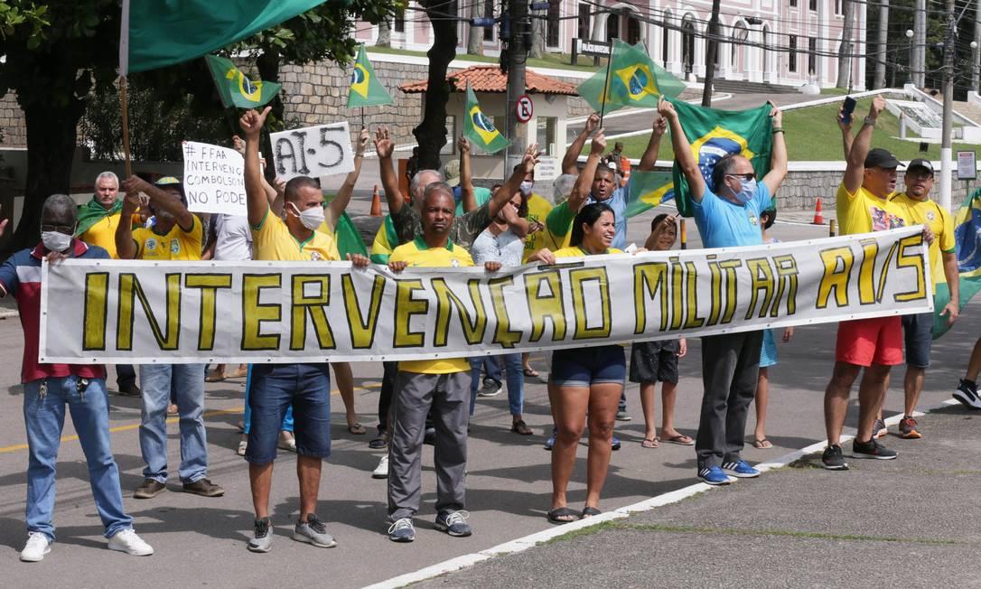 Em manifestação na Vila Militar, em Deodoro, no Rio, bolsonaristas chegaram a pedir a volta do AI-5 Foto: Cléber Júnior / Agência O Globo 19-04-2020