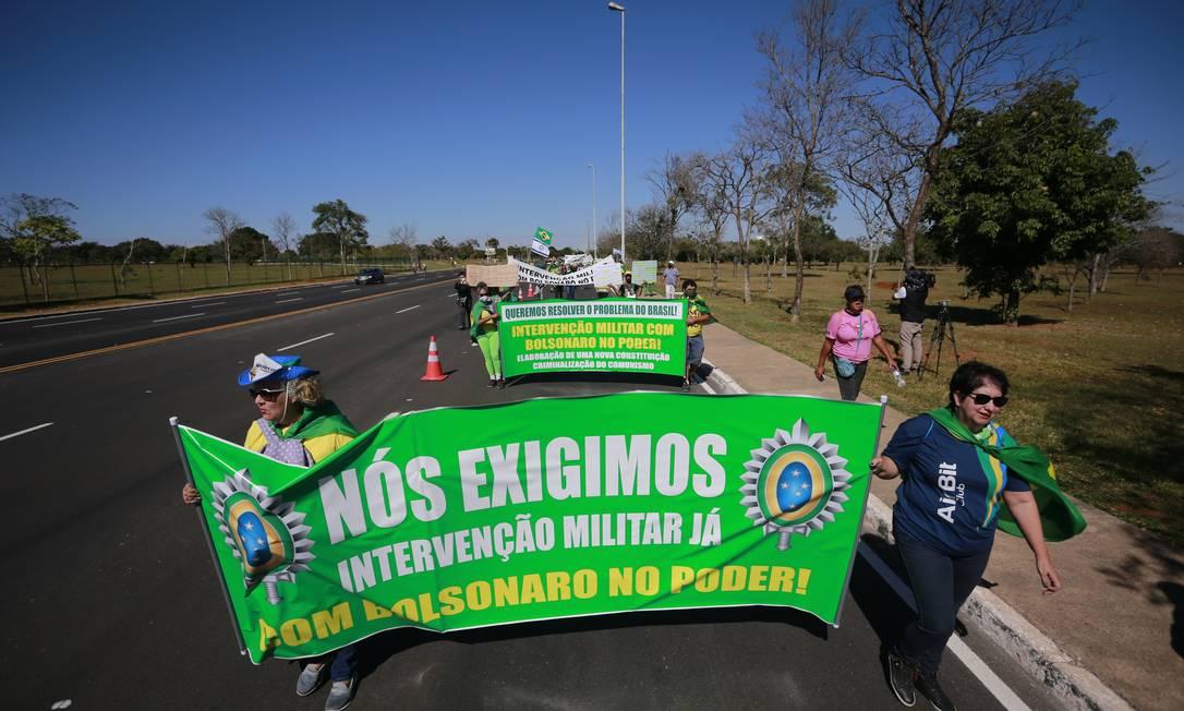 Simpatizantes do presidente Jair Bolsonaro costumam pedir intervenção militar em atos a favor do presidente Foto: Pablo Jacob / Agência O Globo 28/06/2020