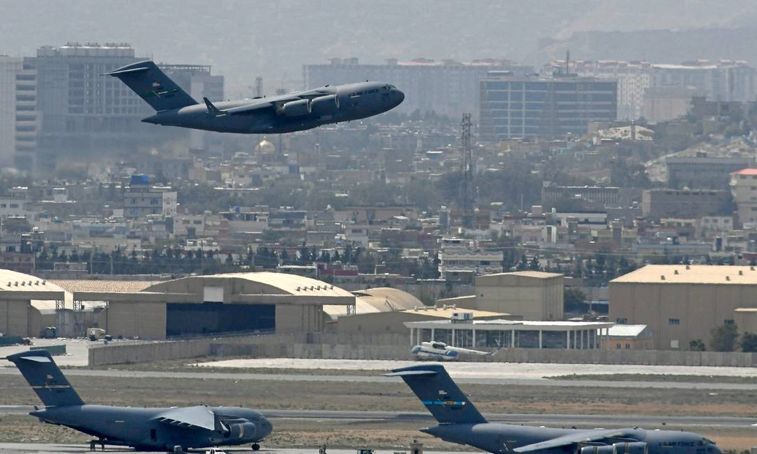 Aviões militares americanos participam de operação de retirada de Cabul, no dia 30 de agosto Foto: AAMIR QURESHI / AFP