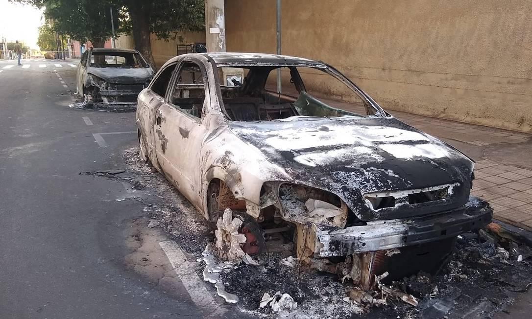 Carros queimados durante assaltos a bancos em Araçatuba, uma cidade a cerca de 520 km de São Paulo, Brasil, em 30 de agosto de 2021. Foto: Lazaro Jr. / Hojemais Aracatuba / AFP