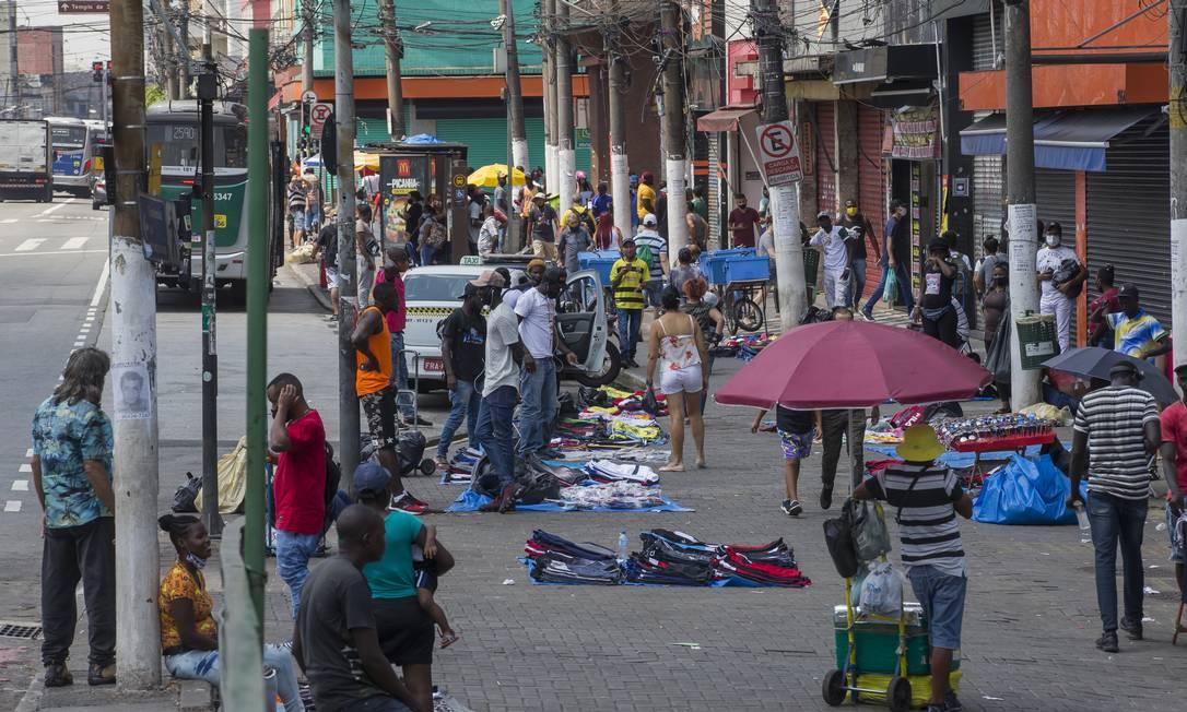 Ambulantes no Largo da Concórdia, Brás, na cidade de São Paulo Foto: Edilson Dantas / Agência O Globo