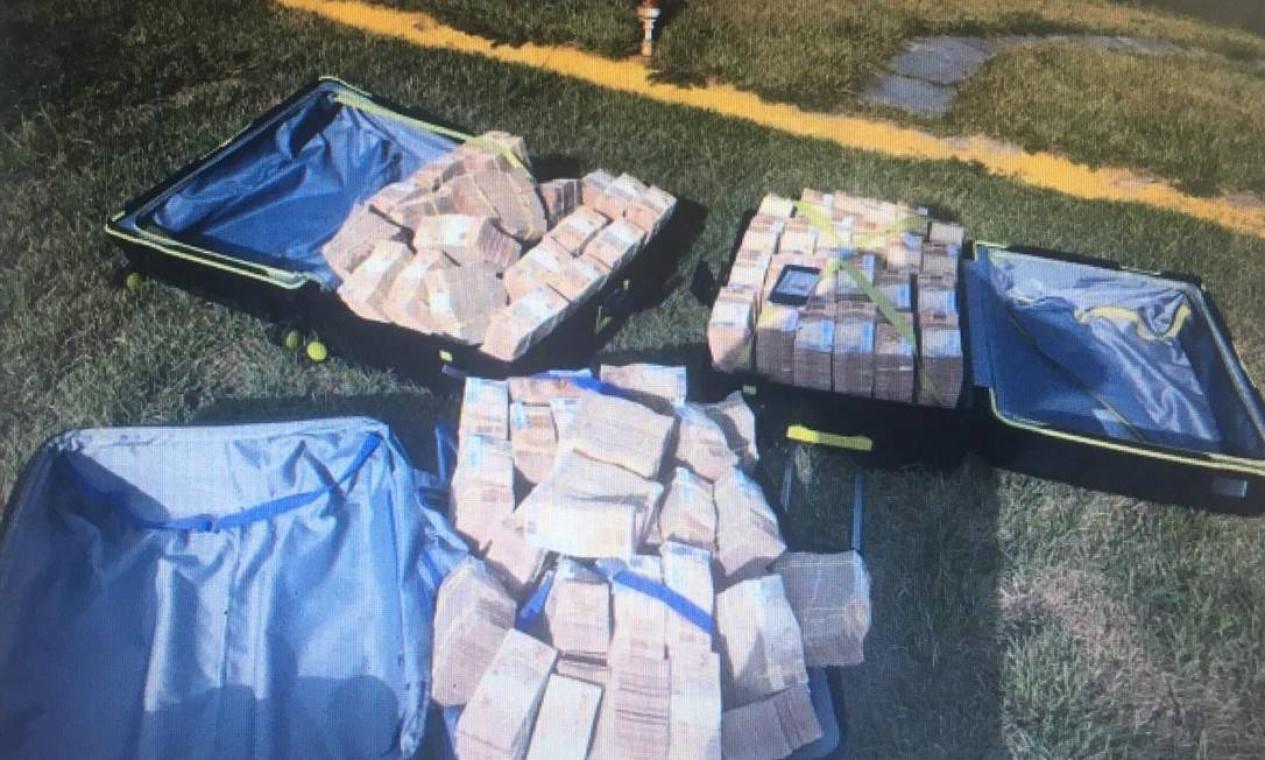 Montante de R$ 7 milhões estava dividido em três malas e partiria de Búzios para São Paulo de helicóptero Foto: Agência O Globo