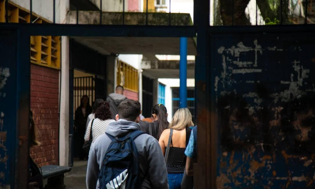 Candidatos entram em escola no Rio para realização do Encceja Foto: Brenno Carvalho em 25-8-2019 / Agência O Globo