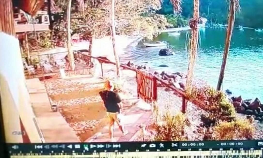 Imagem de câmera de segurança mostra Leonardo deixando a casa Foto: Reprodução