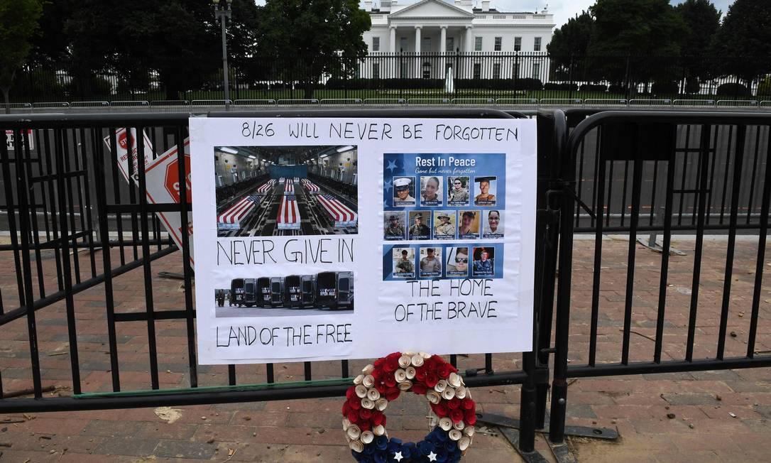 Un monumento mejorado a los 13 soldados estadounidenses muertos en Afganistán la semana pasada se puede ver frente a la Casa Blanca en la capital estadounidense, Washington.  Foto: Oliver Toulory / AF