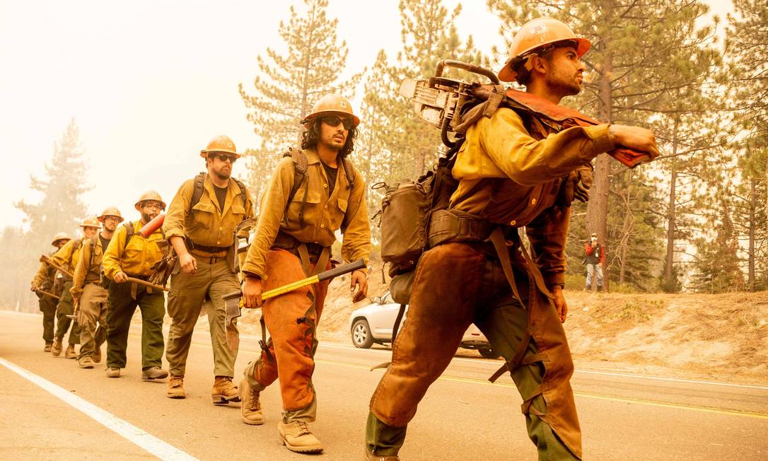 La brigada de bomberos del Servicio Forestal de EE. UU. Ha ordenado a miles de personas que evacuen sus hogares en el lugar de un incendio que estalló en la autopista 50 en Myers, California. Foto: JOSH EDELSON / AFP