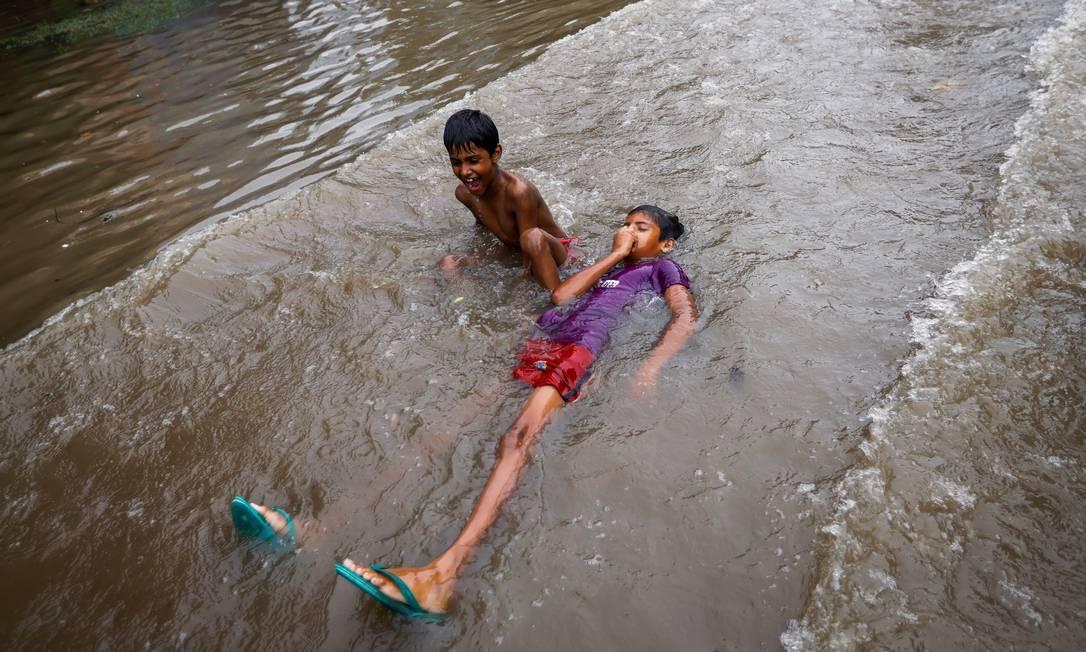 Los niños juegan en las calles inundadas después de las fuertes lluvias en Nueva Delhi, India Foto: ADNAN ABIDI / REUTERS